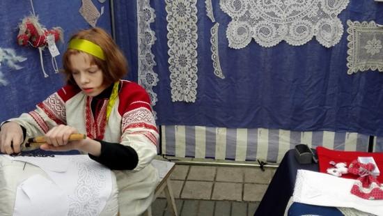 Юная мастерица за коклюшками на фестивале Русская закваска 2016